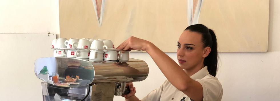 eleonora prepara caffè