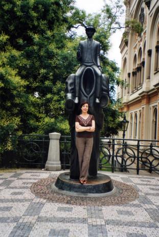 Davanti al monumento a Kafka