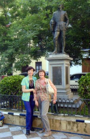 Con la cugina Lucia davanti al monumento a Don Giovanni