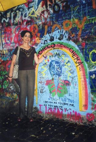 Davanti al muro di John Lennon