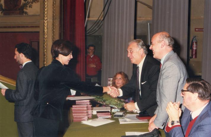 Maura riceve il Premio Ceva 1986 per la poesia.