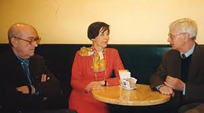 """Con i poeti Silvio Ramat (a des.) e Tiziano Rossi ( a Sin, ) al Caffè """"Pedrocchi""""."""
