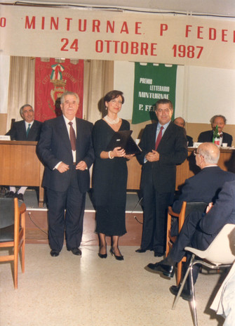 """Maura riceve il Premio """"Minturno"""" per la poesia."""