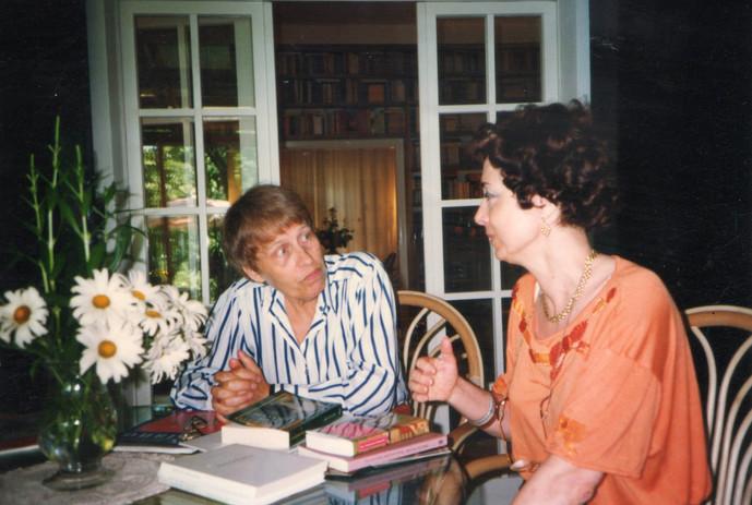Maura nella veranda della sua casa con la poetessa e traduttrice Christine Koschel