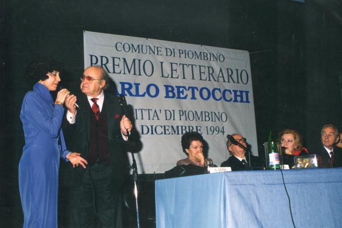 """Maura riceve il premio """"Betocchi"""" per la traduzione."""