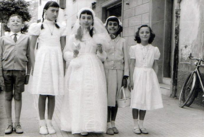 Maura il giorno della sua prima comunione, con il cugiono Cesare Gori e le amiche (da sinistra) Grazia Beccani, Maruska Zani e Anna Flori.