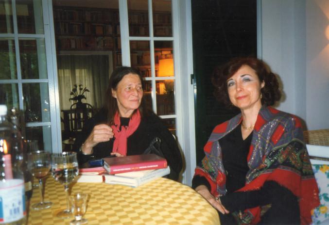 Maura nella veranda della sua casa con la scrittrice svedese Birgitta Trotzig
