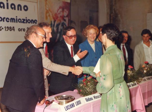"""Maura riceve le felicitazioni da alcuni membri della Giuria del Premio """"Traiano"""" per la poesia . Da sin. Luciano Luisi, Giuliano Manacorda, Enzo Fabiani, Maria Luisa Spaziani."""