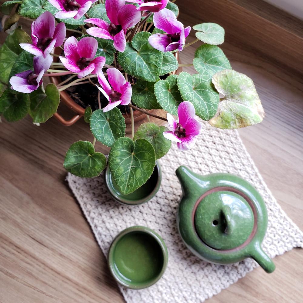 bule, conjunto de chá japonês, flores e crochê