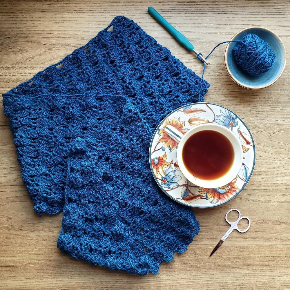 hora do cha com xale de crochê azul