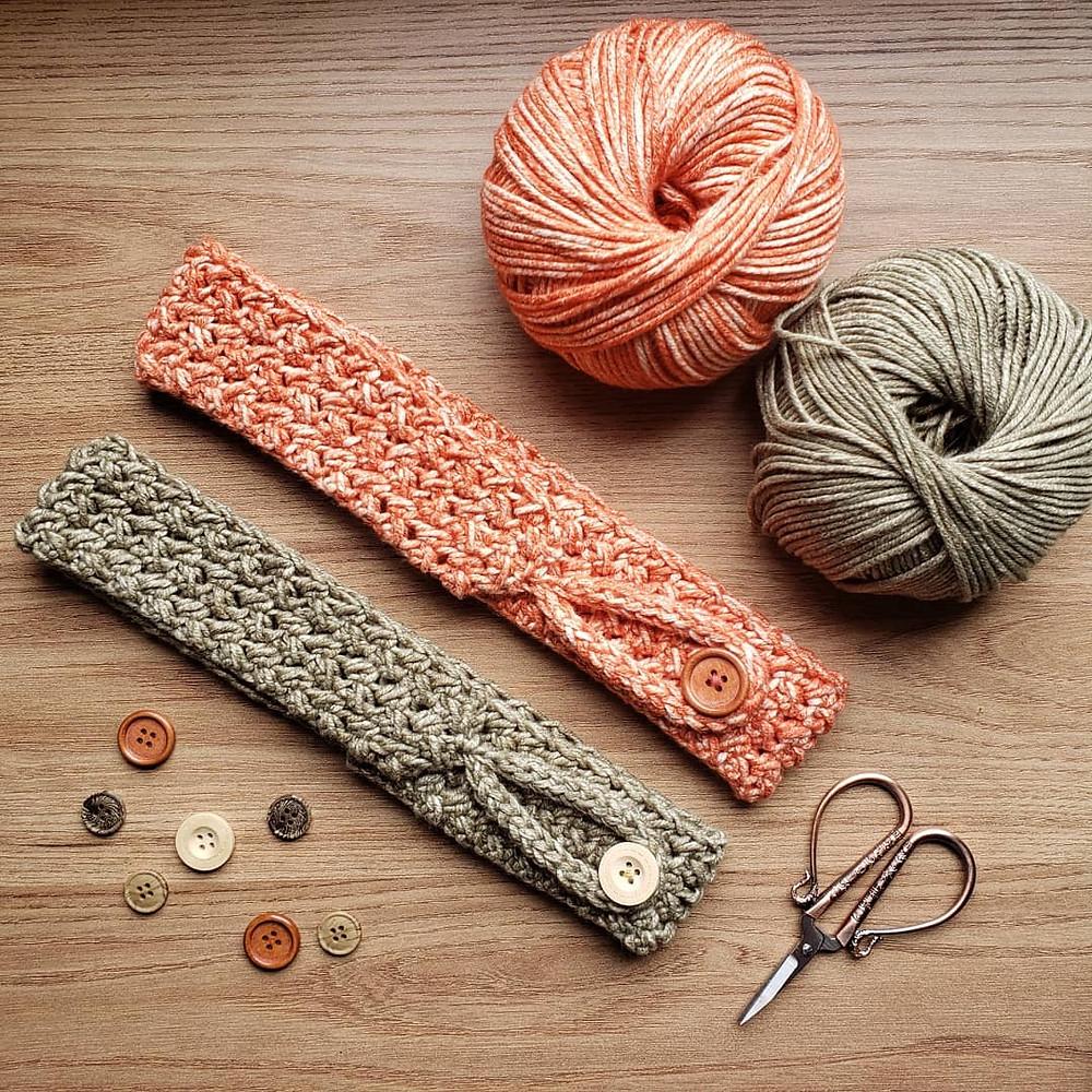 Faixas de cabelo de crochê Enlace, novelos de algodão, botões e tesoura fofa.