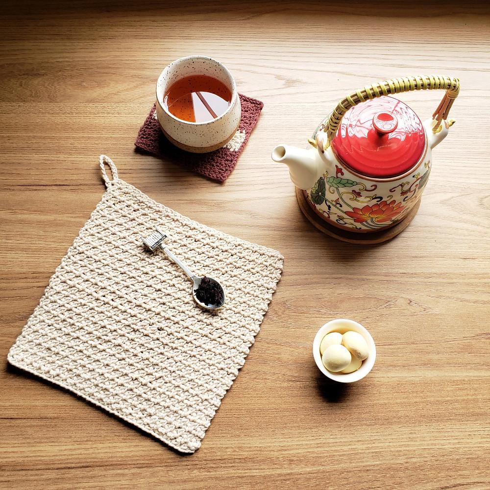 chá da tarde com tea towel de crochê e biscoitos
