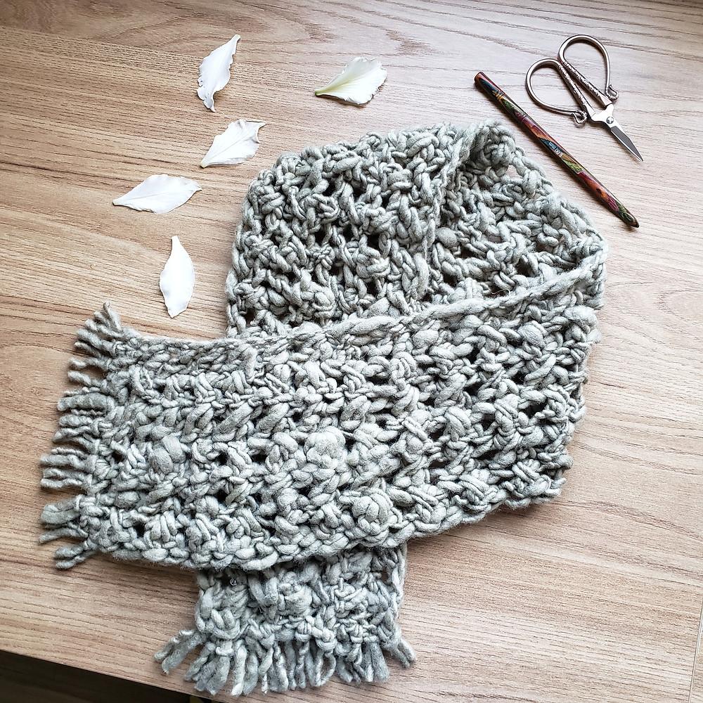 cachecol de crochê verde com lã natural