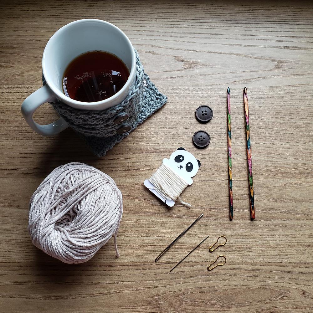 materiais de crochê e chá