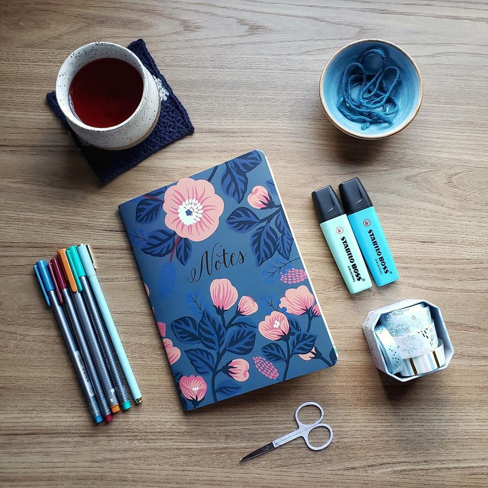 caderno fofo com itens de papelaria, canetas, washi tapes, tesoura