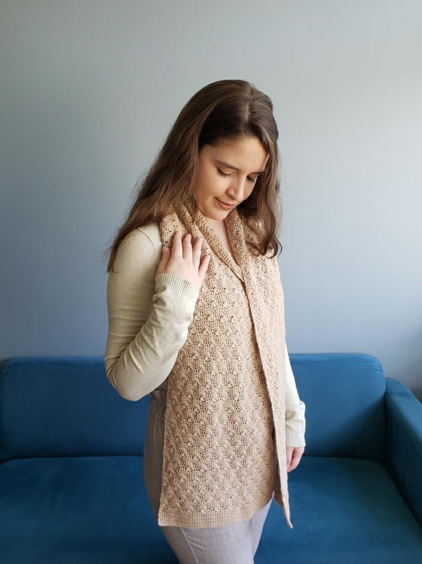 uma pessoa vestindo um cachecol de crochê de lã
