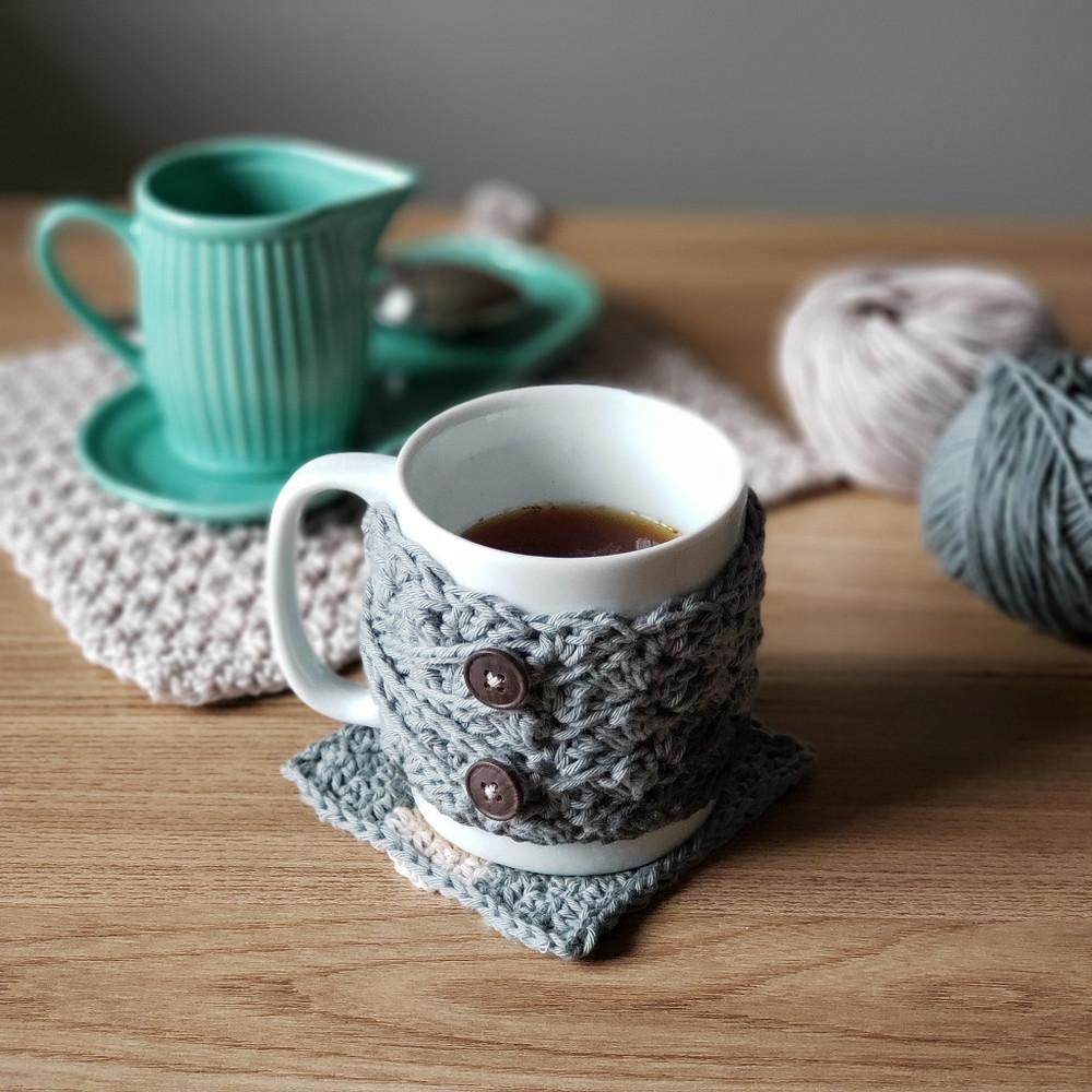 capa para caneca (cozy mug), toalha de chá (tea towel) e porta-copos de crochê, receitas para iniciantes