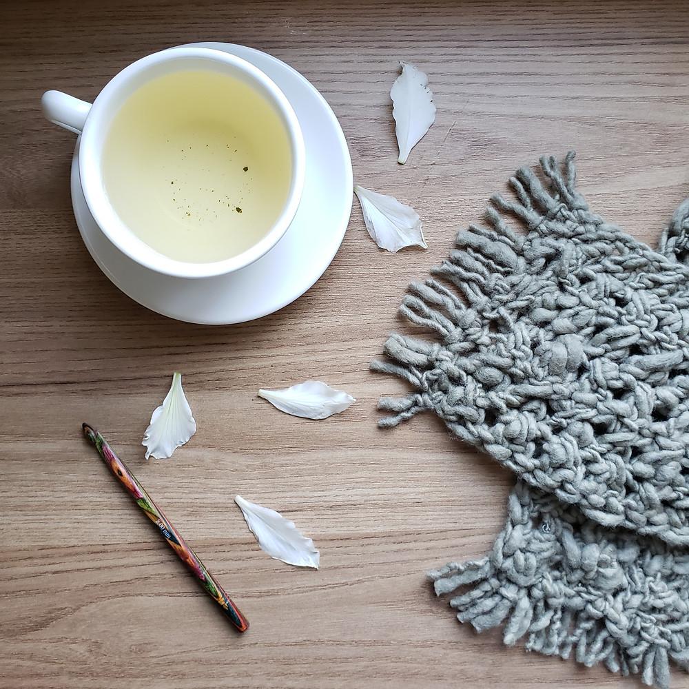 hora do chá com crochê e cachecol verde