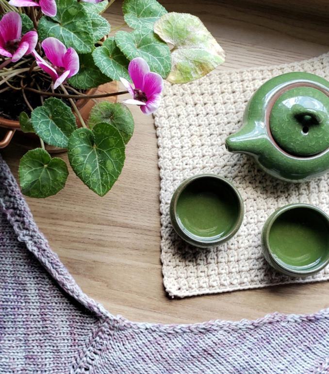 bule, conjunto de chá japonês, flores, xale de crochê tunisiano
