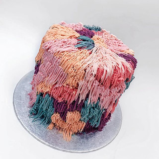 Happy Sunday!! Love a Pom Pom cake 🍬__#