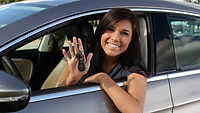 Mulher_fazendo_seguro_automóvel.png