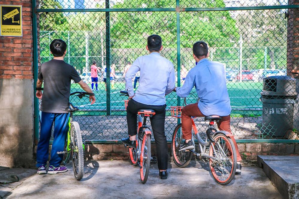 Les garçons peuvent aussi être victimes de violences sexistes à l'école. (Photo by Jeff Qian on Unsplash)