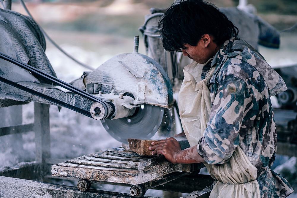 Le travail forcé, notamment des enfants, est une des composantes de l'esclavage moderne. Photo by Igor Ovsyannykov on Unsplash