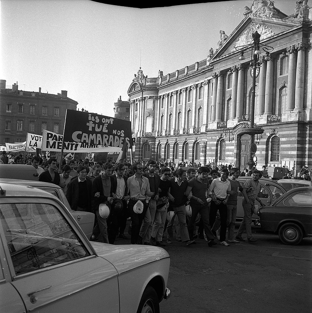des manifestants, devant la façade du Capitole, Toulouse, en mai 1968. [Fonds André Cros - CC BY-SA 4.0 (https://creativecommons.org/licenses/by-sa/4.0)], via Wikimedia Commons)