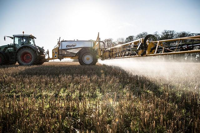 Le glyphosate est un principe actif d'herbicides épandus par de nombreux agriculteurs. Crédit photo: Chafer Machinery via Flickr (CC BY). https://goo.gl/N18JeE