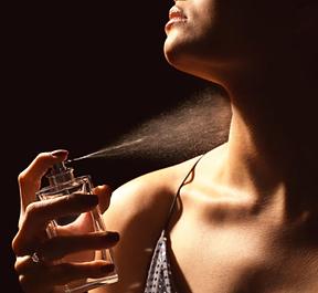 femme-qui-se-parfume-01.png