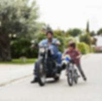 Papa en zoon fietsen