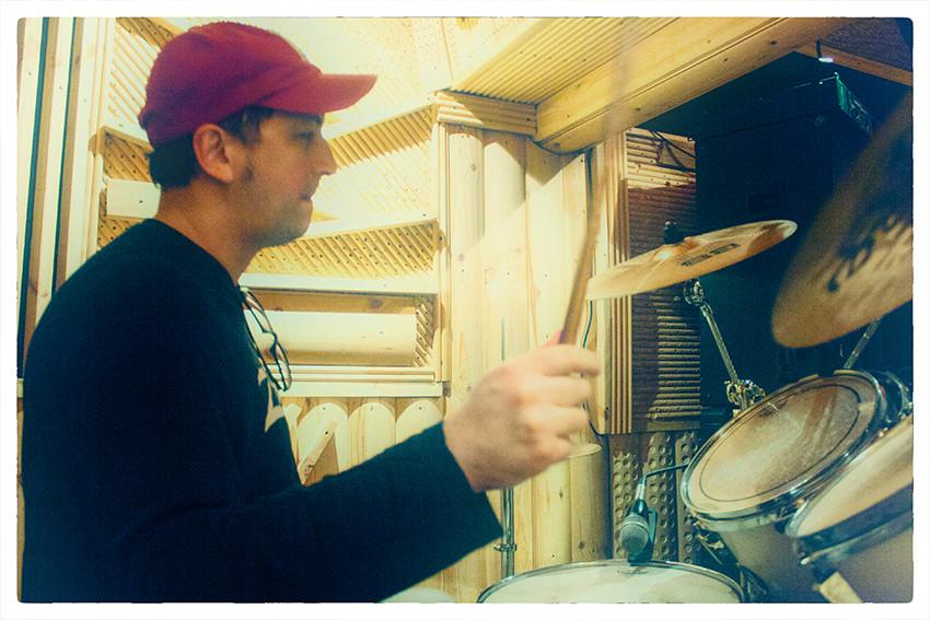 Музыкальная школа Тольятти обучение игре на барабанах в Школе барабанщиков Ddrums. Уроки игры на ударной установке проводит барабанщик Дмитрий Оруджов +79608354338 . Занятия проводятся в студии DDrums Тольятти. Уроки на ударных для взрослых и детей с нуля.