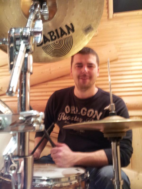 Уроки игры на барабанах Тольятти. Занятия на студии DDrums