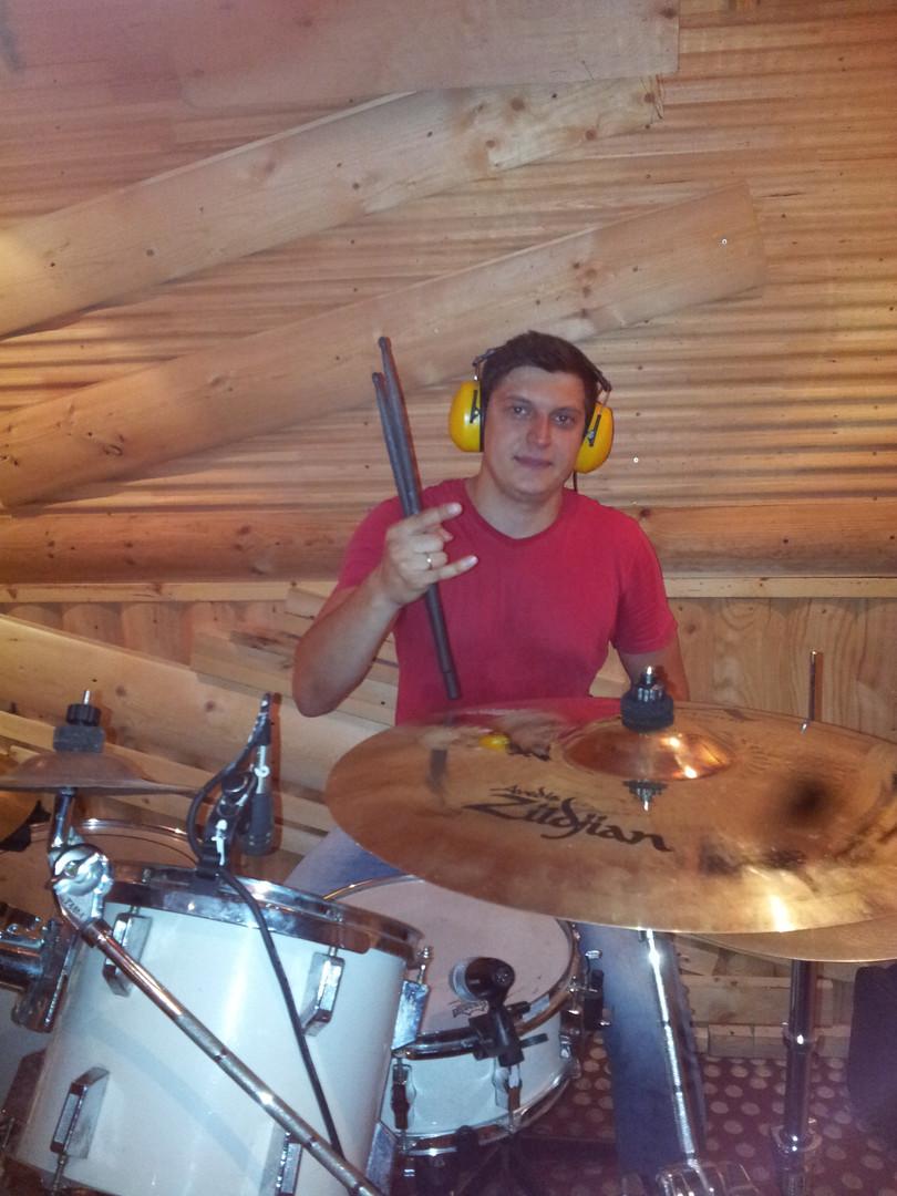 Ученик Дмитрия Оруджова Барабанщик группы Фрау Мэй Максим Тихонов. Занятия на студии DDrums