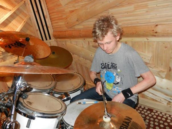 Ученик барабанщик Алексей Анянов