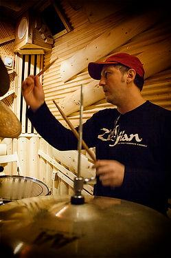Видеошкола самоучитель для тех кто желает профессионально научиться играть на барабанах, последовательно изучая технику, а затемгрувы и заполнения. Видео обучениеот простого к сложному.  Скачайкурсы ударных Барабаны шаг за шагом и научись хорошо играть