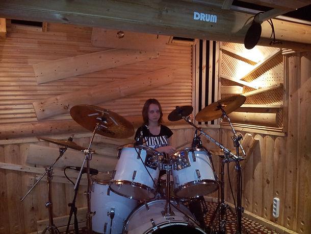 Обучение игре на ударной установке ученица играет на барабанах. Занятия проходят на студии DDrums города Тольятти. Уроки даёт барабанщик Дмитрий Оруджов +79608354338