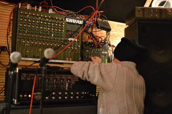 Микшерский пульт в процессе настройки звукооператором для репетиций одной из Тольяттинских рок групп. Рядом гитарная ламповая голова Ерасов, и микрофоны Shure.