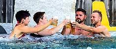 gays_mit_lesben_im_pool_S.jpg