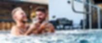 gays_trinken_bier_im_pool_M.jpg