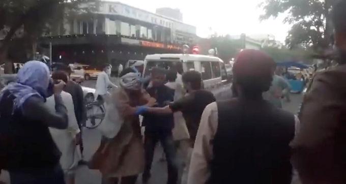 Explosão fora do aeroporto de Cabul mata pelo menos 13 pessoas