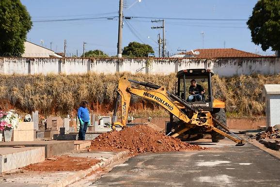 Prefeitura executa limpeza e ampliação de jazigos no Cemitério Nossa Senhora de Fátima