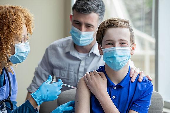 Adolescentes com 15 anos são vacinados contra a Covid-19 a partir de hoje
