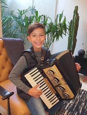 Fenômeno da música, jovem de Catanduva esbanja talento na sanfona desde os 5 anos