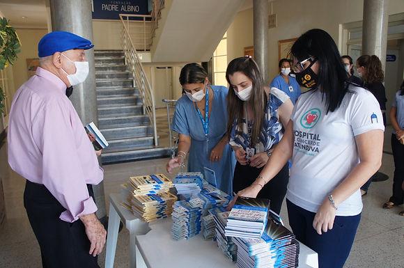 Escritor cego de Itajobi entrega livros para colaboradores da Fundação Padre Albino