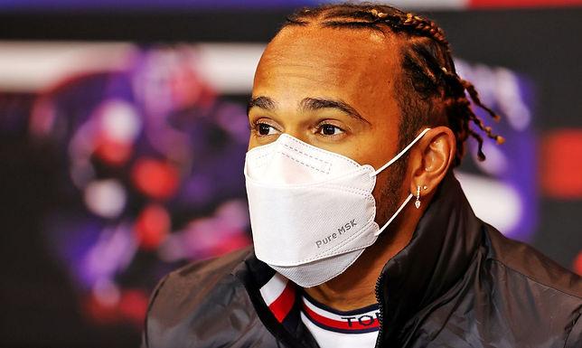 Hamilton vence GP da Inglaterra pela oitava vez em corrida controversa
