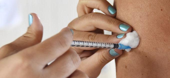 Vacinação contra Covid-19 pode ter evitado até 55 mil mortes de idosos no Brasil, mostra estudo
