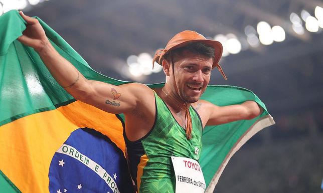 Petrúcio Ferreira é bicampeão nos 100m e quebra recorde na Tóquio 2020