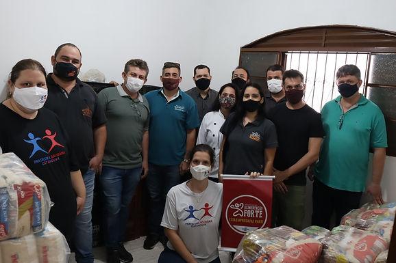Associação Alimentação Forte doa 100 cestas básicas ao projeto Prateleira Solidária