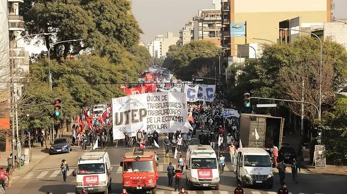 Milhares de argentinos vão às ruas em protesto por trabalho